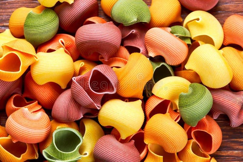 Massa seca de Lumaconi do italiano em 5 cores foto de stock