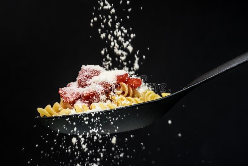 Massa, tomates e queijo foto de stock