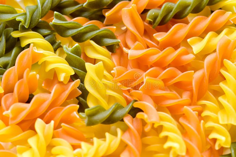 Massa três-colorida cru do trigo com espinafres e tomate foto de stock