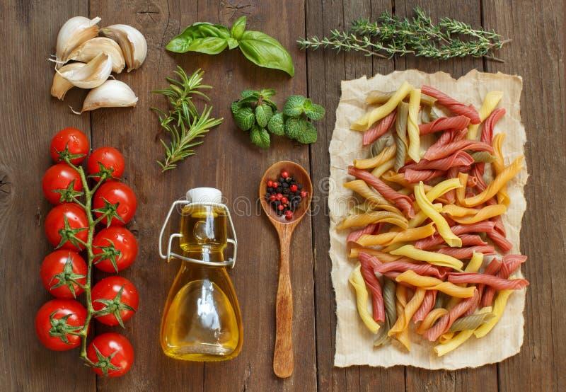 Massa, vegetais, ervas e azeite inteiros do trigo foto de stock
