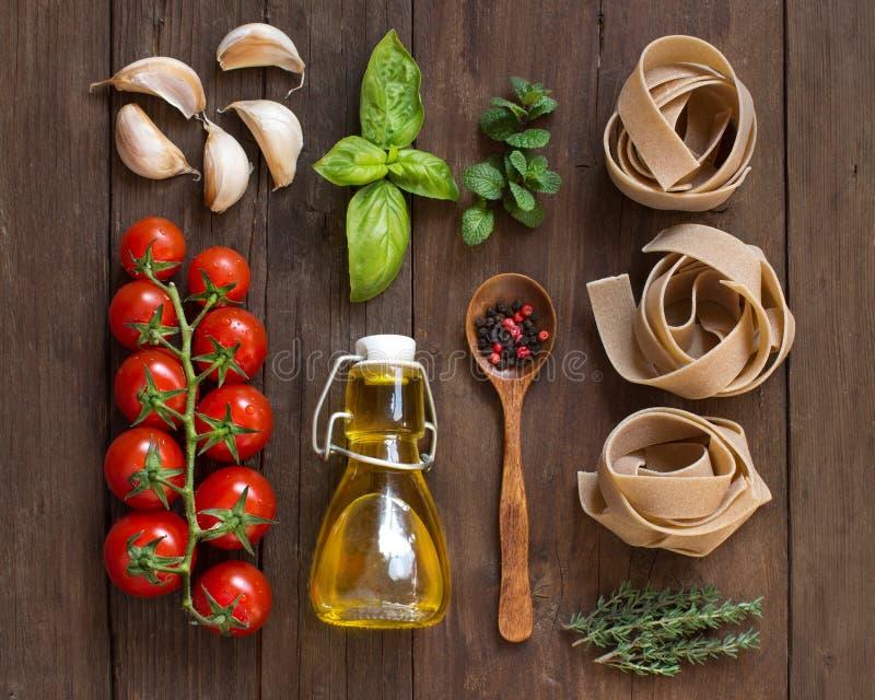 Massa, vegetais, ervas e azeite inteiros do trigo imagem de stock
