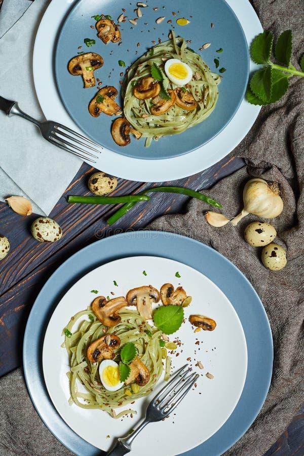 A massa verde dos espinafres com vegetais cresce rapidamente ovos do tost e de codorniz do trigo fotografia de stock royalty free