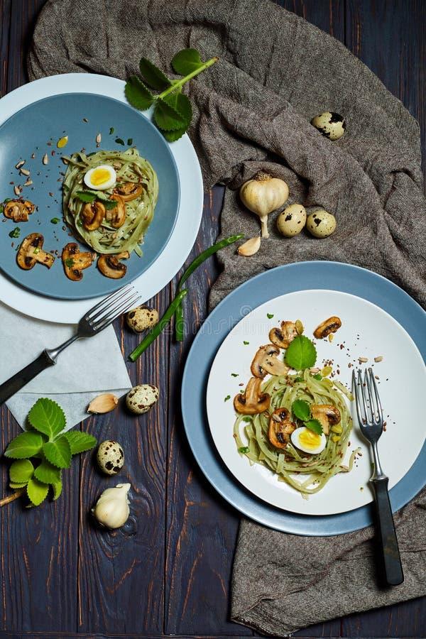 A massa verde dos espinafres com vegetais cresce rapidamente ovos do tost e de codorniz do trigo fotografia de stock