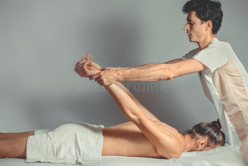Massage étirant la thérapie images libres de droits