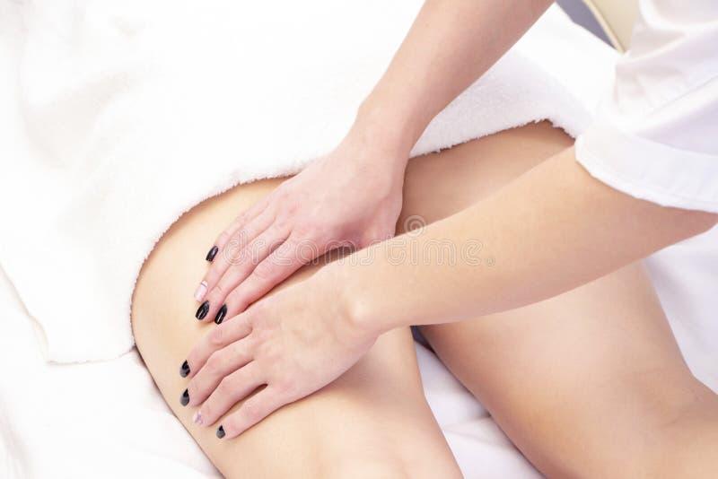 Massage anti-cellulite pour une jeune femme dans un salon de beauté Une beauté parfaite pour brûler les graisses de la peau photos stock