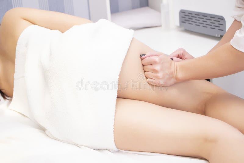 Massage anti-cellulite pour une jeune femme dans un salon de beauté Une beauté parfaite pour brûler les graisses de la peau photos libres de droits
