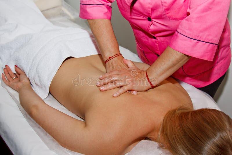 Massage arrière thérapeutique professionnel Le docteur de femme masse la fille l'athlète dans une salle de massage Corps et soins images stock