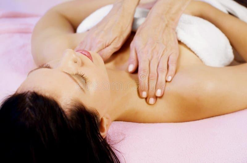 Massage auf Schulter stockfotos