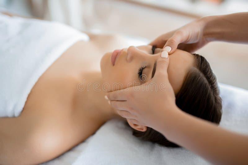 Massage av framsidan royaltyfri foto