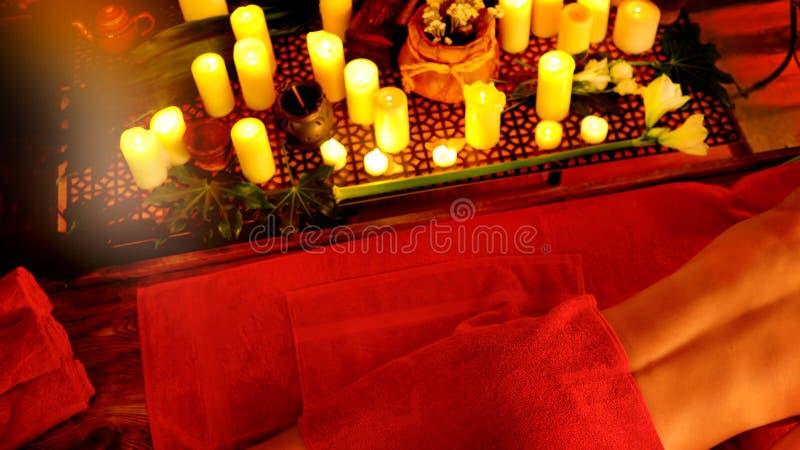 Massage av kvinnan i brunnsortsalong Luxary inre orientalisk terapi royaltyfria bilder