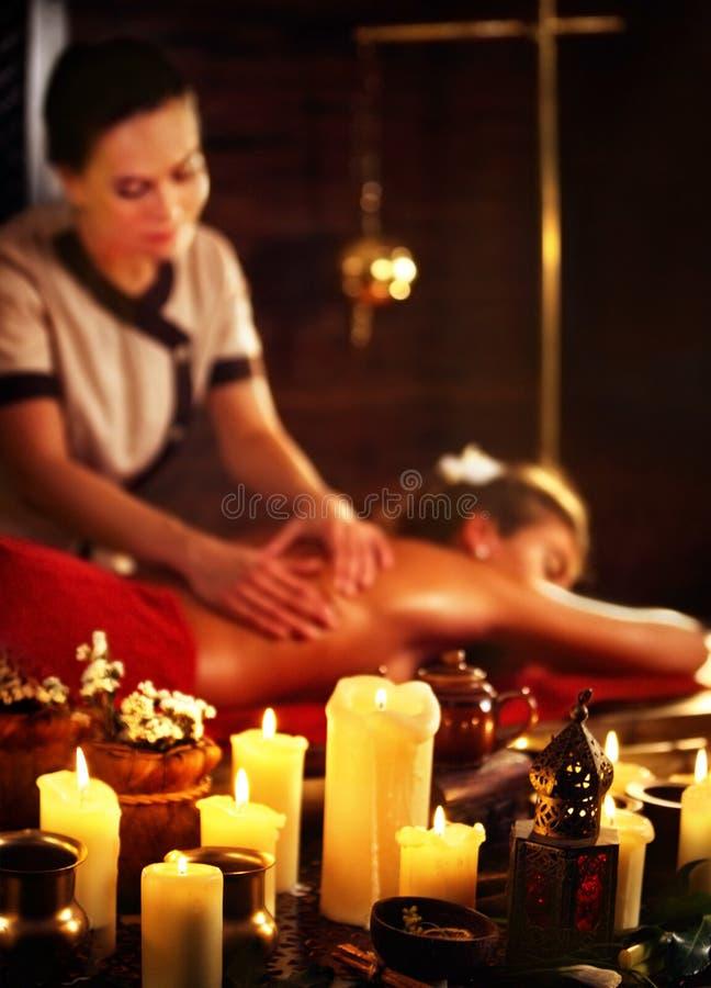 Massage av kvinnan i brunnsortsalong Luxary inre orientalisk terapi royaltyfri foto