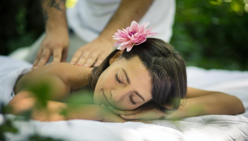 Massage bij aard Jonge vrouwen stock afbeelding