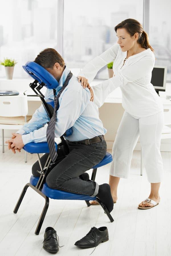 Massage in bureau royalty-vrije stock foto