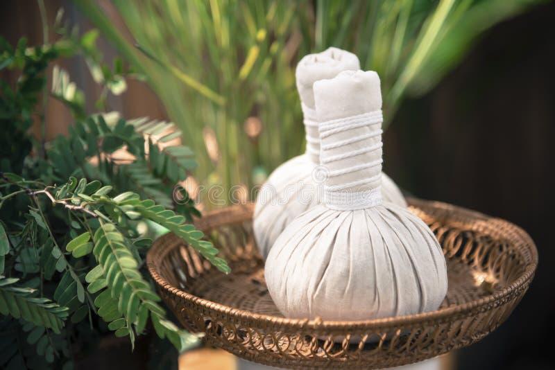 Massage chaud de compresse de boule de fines herbes thaïlandaise photo stock