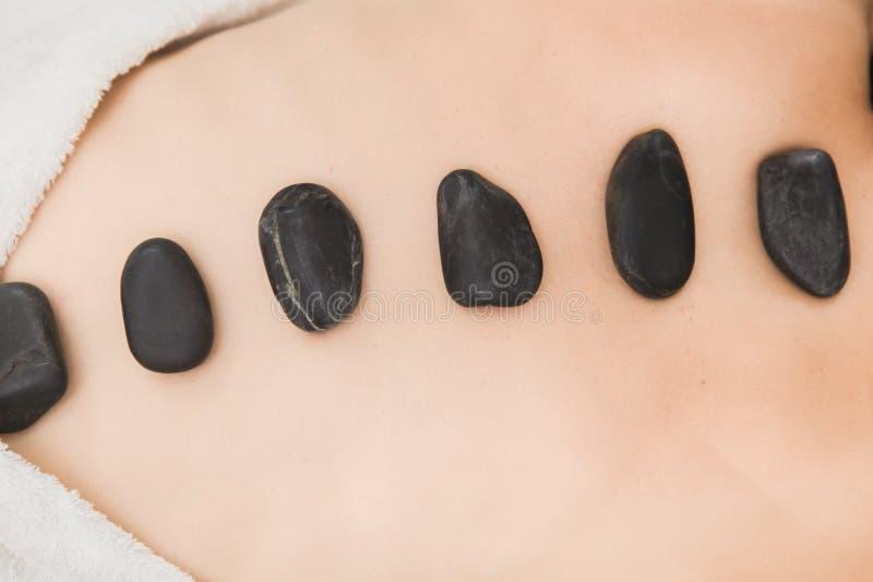 Massage chaud et à froid de pierres dans la station thermale pour le soulagement de douleurs de dos image libre de droits