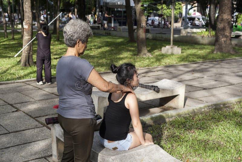 Massage chinois en parc photographie stock