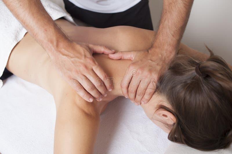 Massage d'épaule image stock