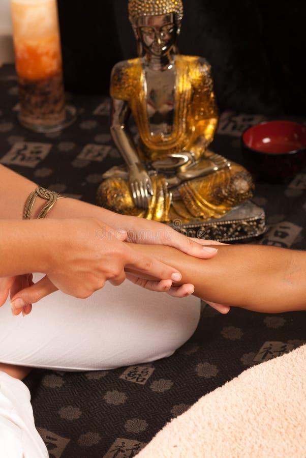 Massage d'un bras image libre de droits