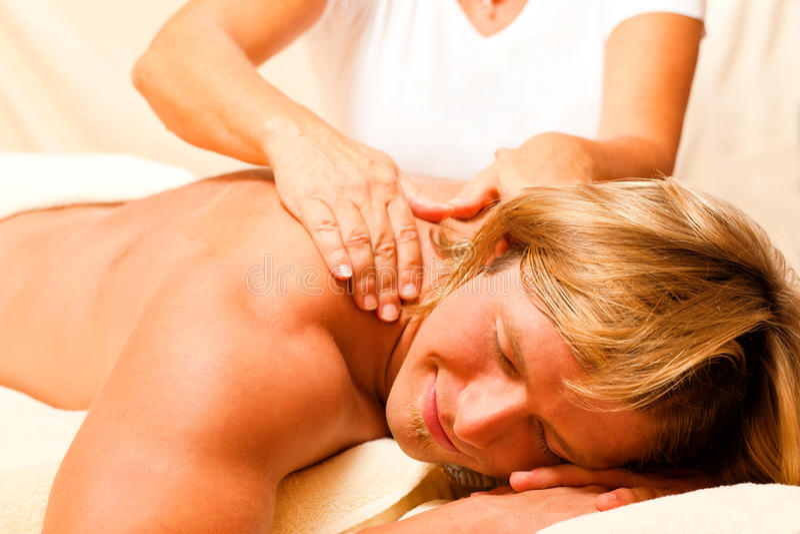 Massage d'und de santé de bei de Mann image libre de droits