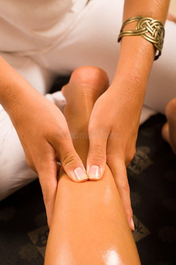 Massage d'une cuisse photo libre de droits