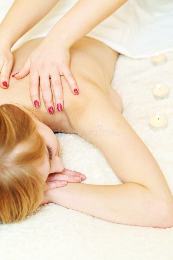 Massage dans le salon de station thermale photo stock