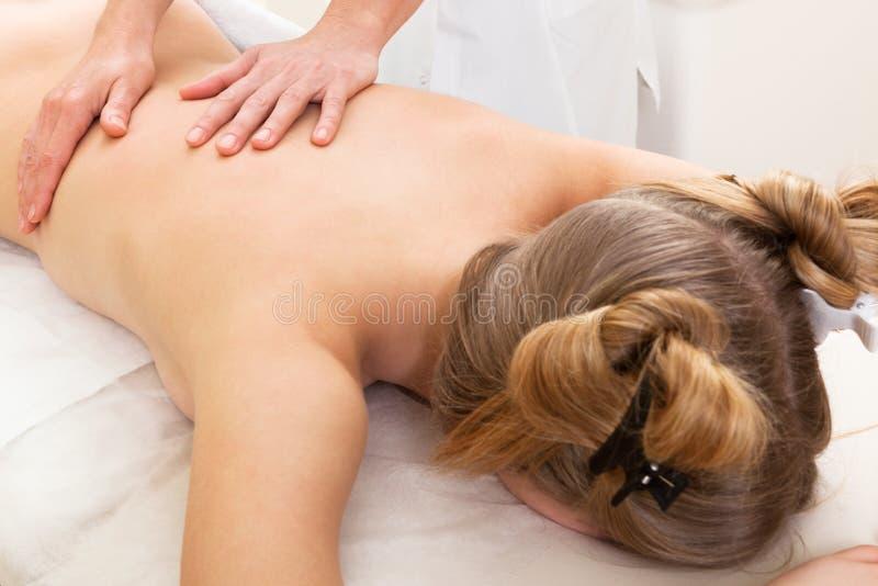 Massage dans un salon de beauté images libres de droits