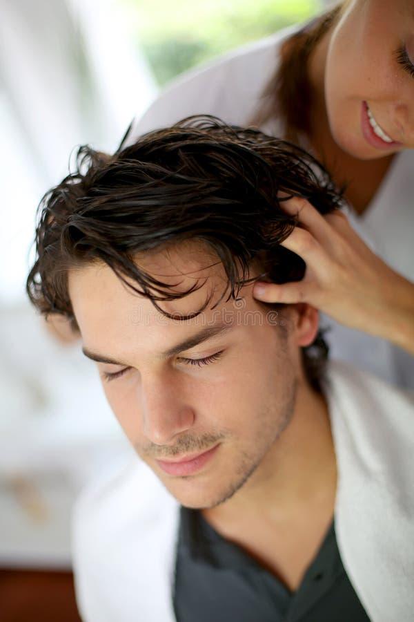 Massage de cheveu images libres de droits