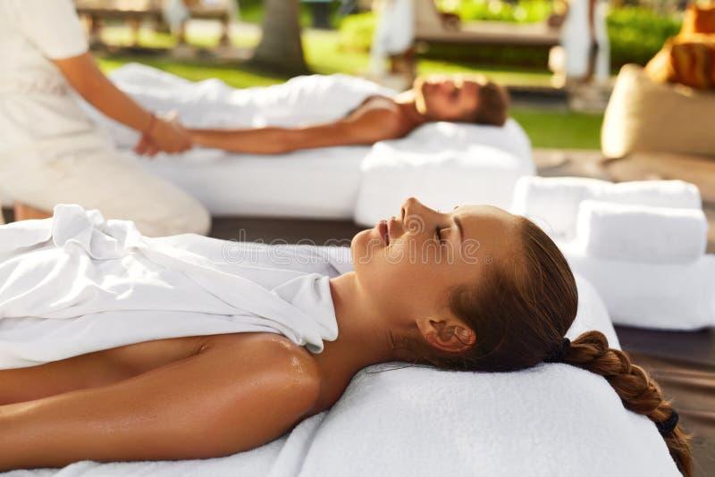 Massage de couples de station thermale Femme romantique, homme détendant dehors photographie stock libre de droits
