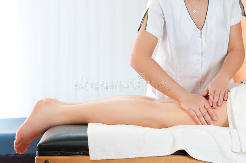 Massage de cuisses de pattes photos stock