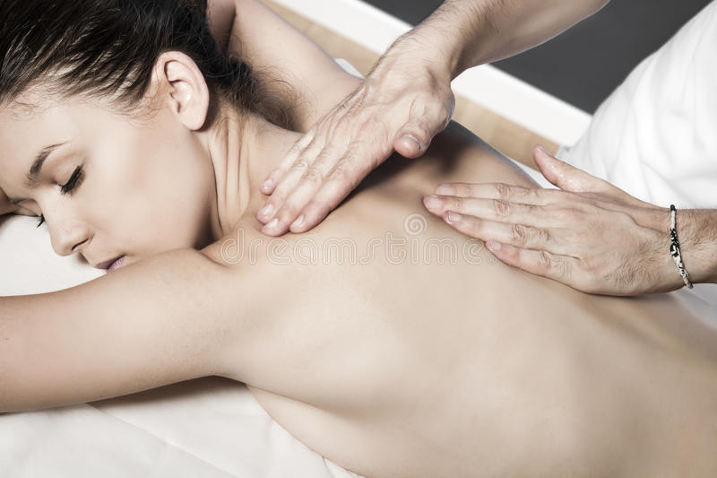 Massage de détente au salon de station thermale de beauté photo libre de droits