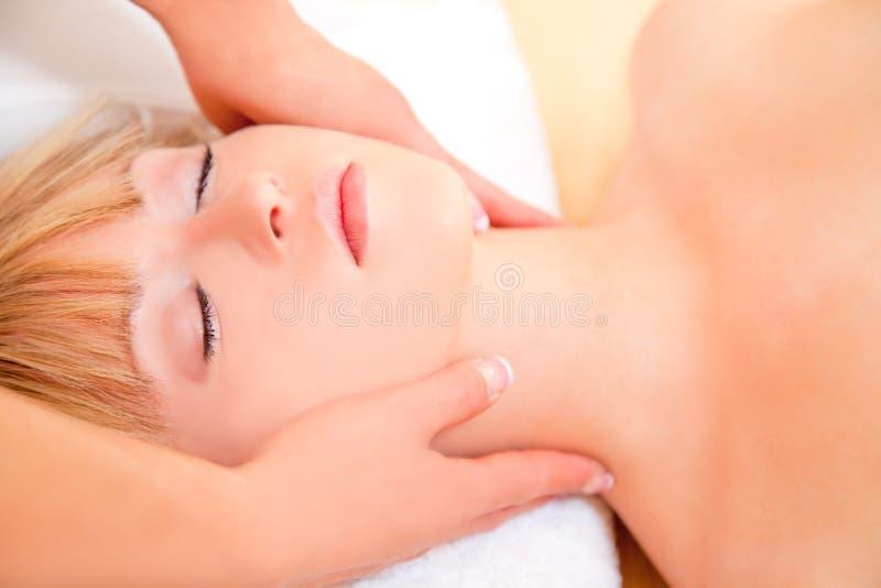 Massage de détente de station thermale photo libre de droits