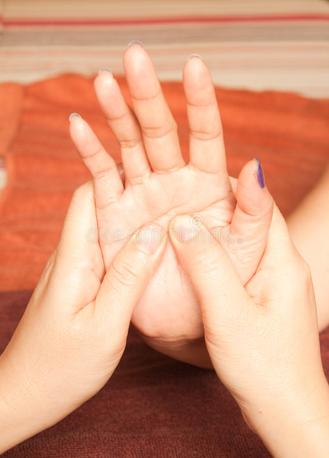 Massage de main de Reflexology, demande de règlement de main de station thermale photos stock