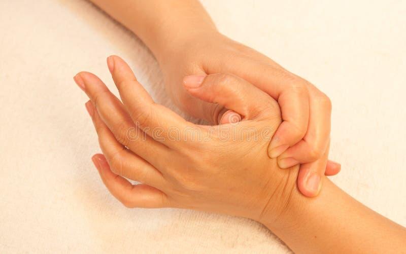 Massage de main de Reflexology, demande de règlement de main de station thermale images libres de droits