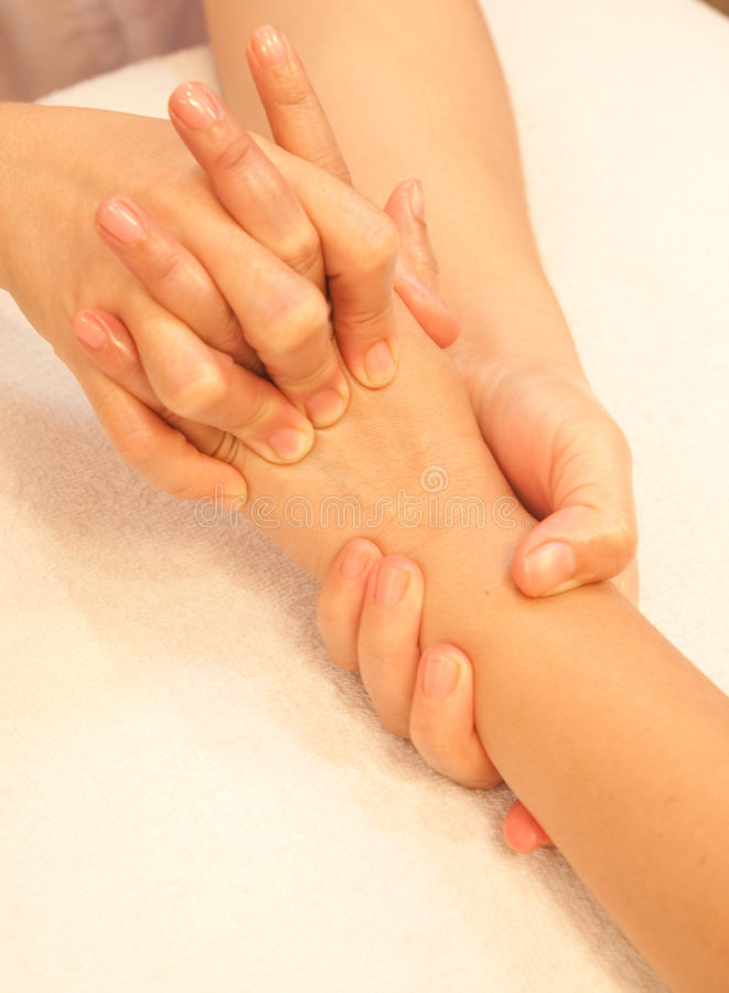 Massage de main de Reflexology, demande de règlement de main de station thermale photo libre de droits