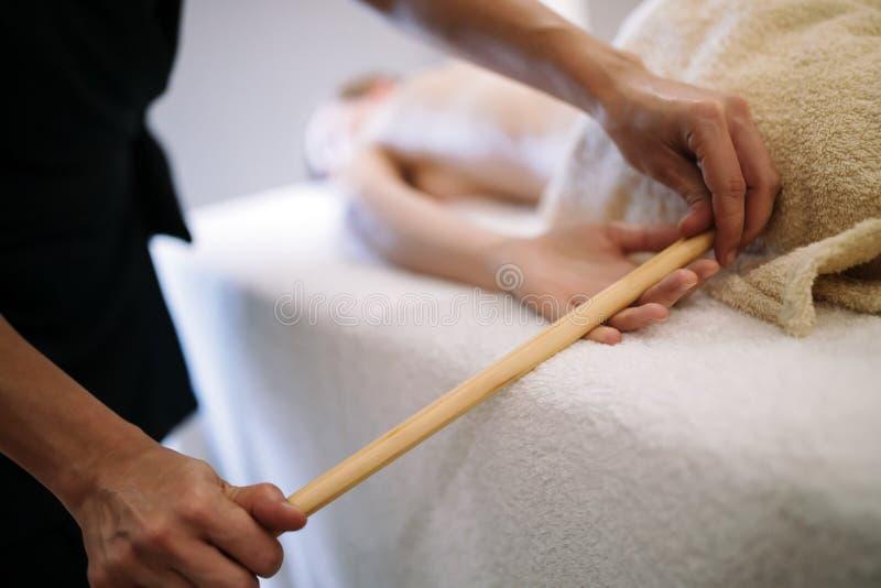 Massage de main et de paume photos stock