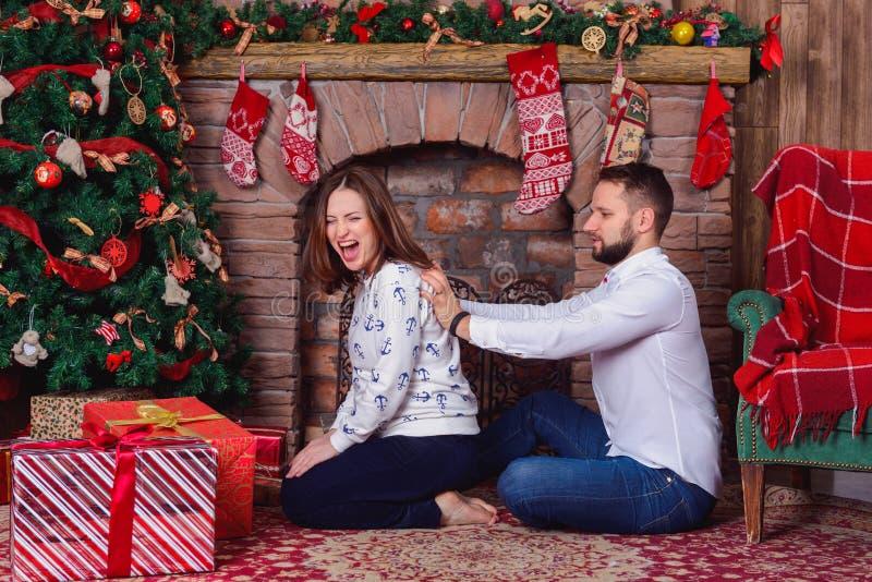 Massage de mari pour son épouse enceinte qui a souffert la douleur d'épaule images stock
