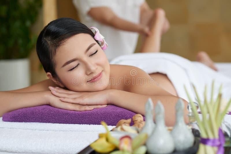 Massage de pied dans le salon de station thermale photos libres de droits