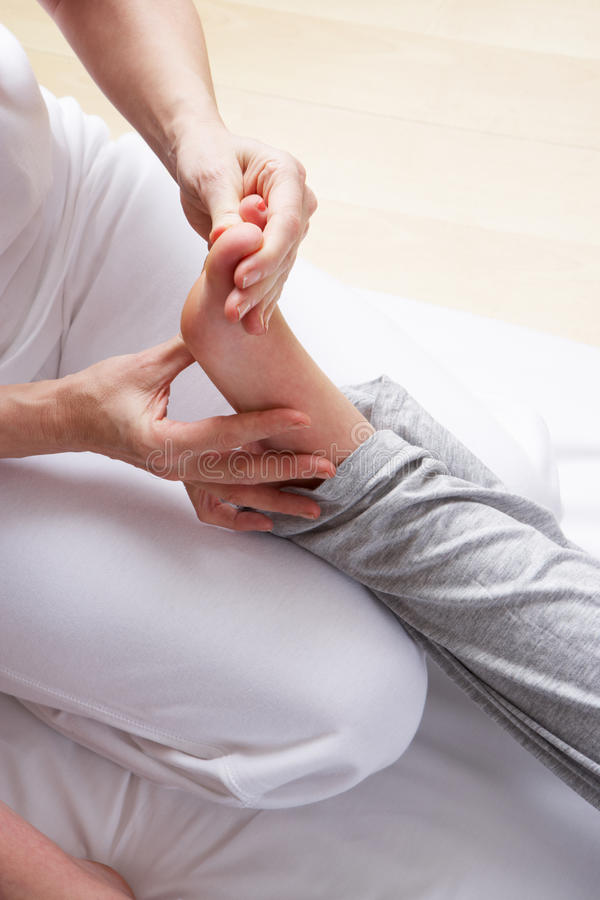Massage de reflexology de pied de groupe photographie stock libre de droits