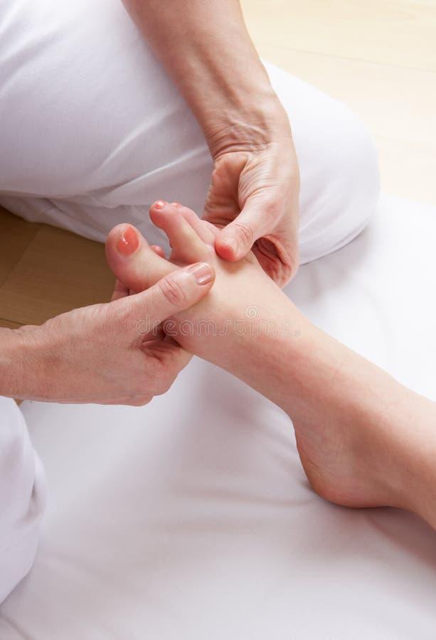 Massage de reflexology de pied de groupe photos libres de droits