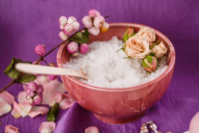 Massage de station thermale Aromatherapy Le corps de sel frottent sur la question pourpre photographie stock
