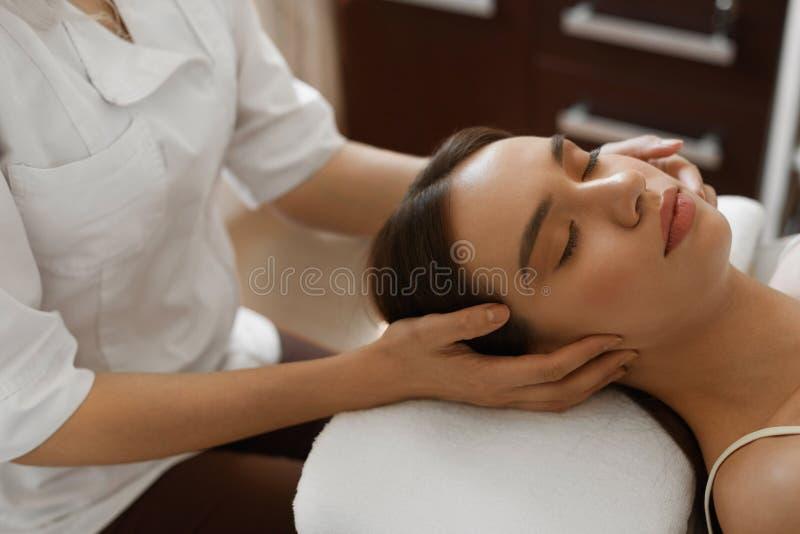 Massage de station thermale Beau femme obtenant la demande de règlement faciale de beauté photo stock