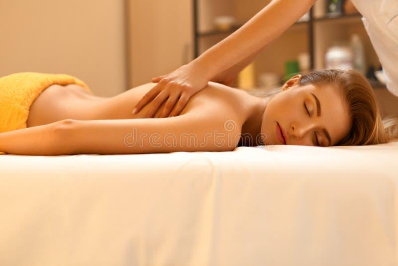 Massage de station thermale La belle blonde obtient le traitement de station thermale dans le salon image stock