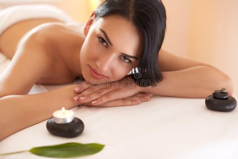Massage de station thermale La belle brune obtient le traitement de station thermale dans le salon photo stock