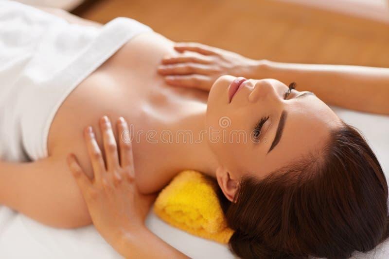 Massage de station thermale La belle femme obtient le traitement de station thermale dans le salon photo libre de droits