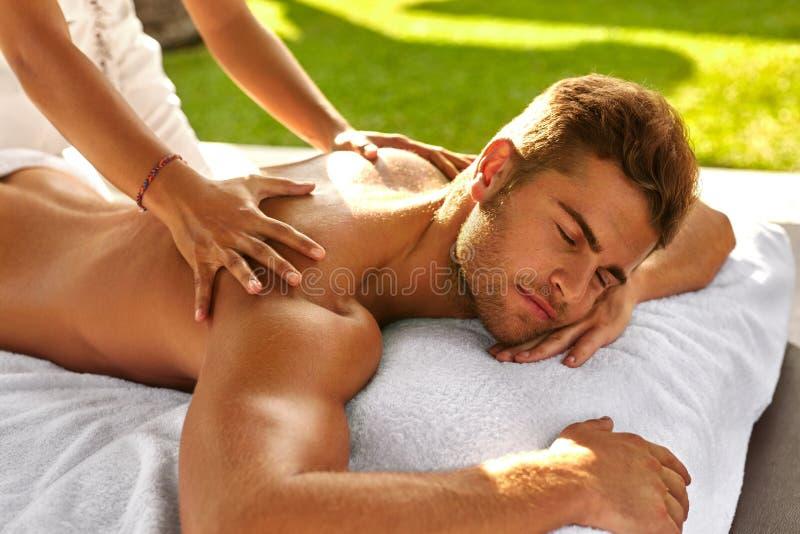 Massage de station thermale pour l'homme Mâle appréciant détendant le massage arrière extérieur image stock