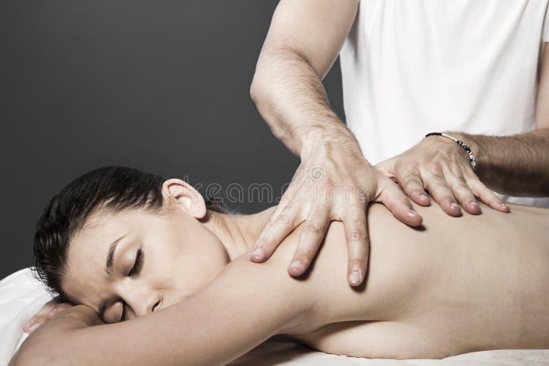 Massage de station thermale pour la belle jolie femme - therap de traitement de beauté photographie stock libre de droits