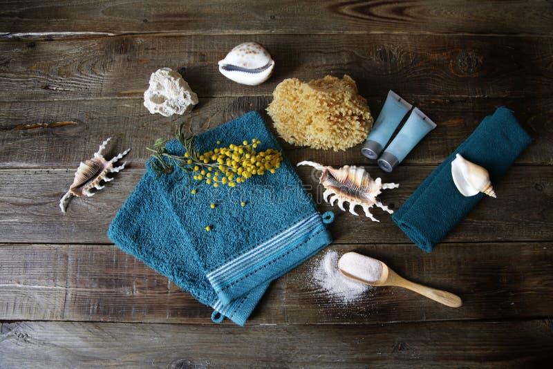 massage de Terry de la vie de distillateur de station thermale et mitaines de station thermale dans une cuillère, une serviette,  image stock