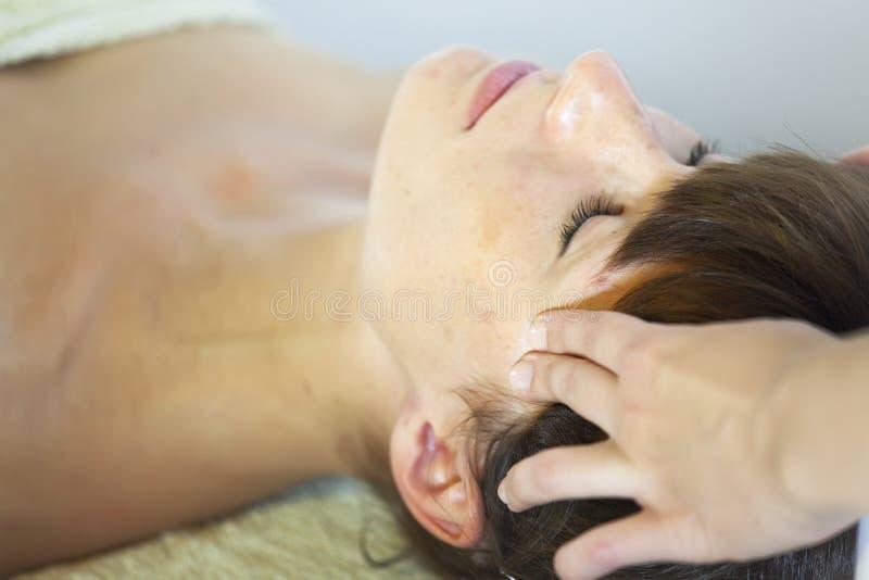 Massage de visage photo libre de droits