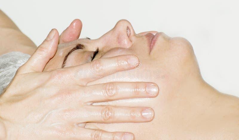 Massage de visage et station thermale photographie stock