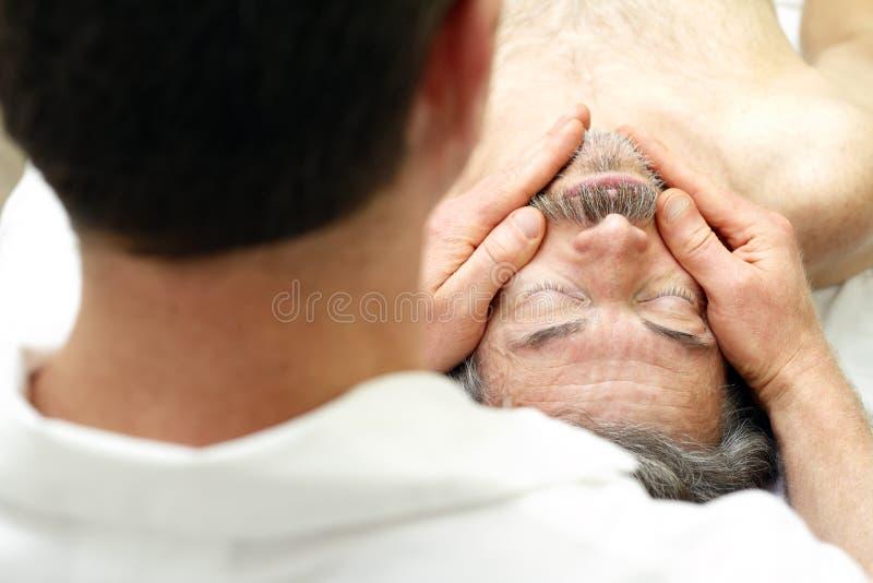 Massage de visage mâle photo libre de droits